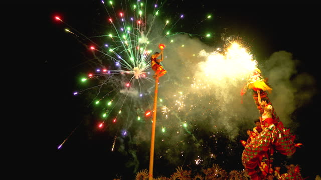 vídeos de stock e filmes b-roll de dragon dance show with firework in the festival chinese new year in the night. - cultura chinesa