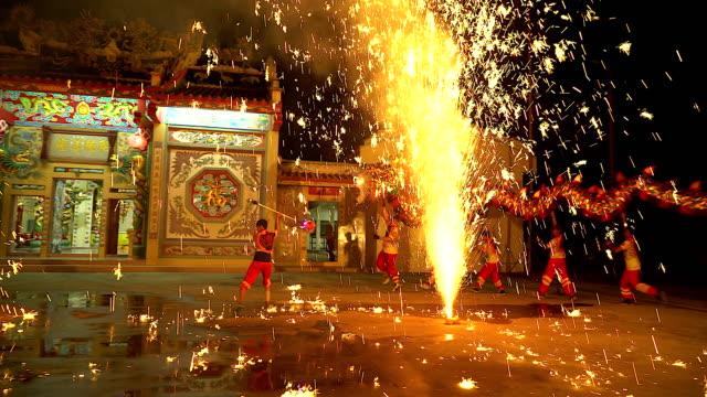 ドラゴン ダンスは夜に中国の新年祭で花火を表示します。 ビデオ