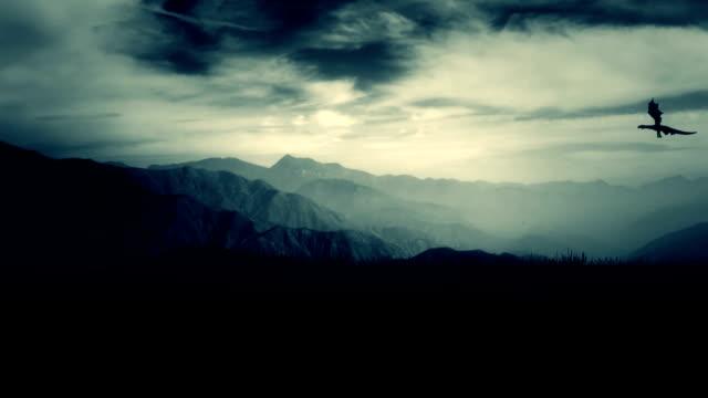 smok latać wysoko na niebie nad górami - smok postać fikcyjna filmów i materiałów b-roll