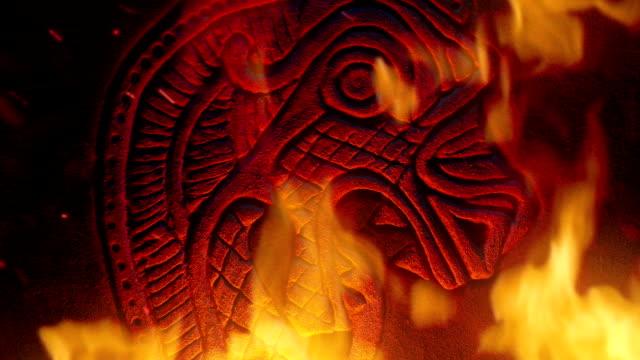 vídeos de stock, filmes e b-roll de dragon viking esculpindo em fogo furioso - castelo