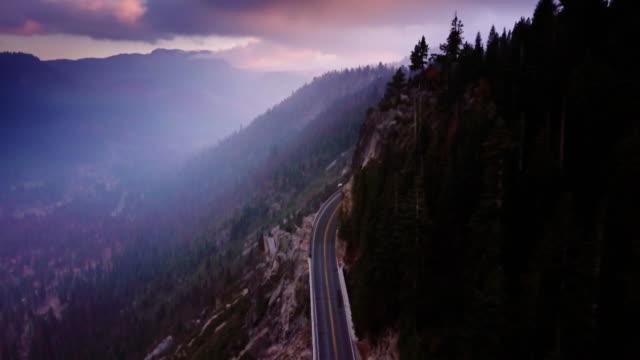 vidéos et rushes de vue aérienne spectaculaire de la route à sierra nevada, en californie - chaîne de montagnes