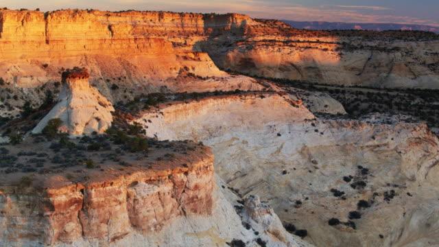 vídeos de stock e filmes b-roll de dramatic canyons in utah - drone shot - vale