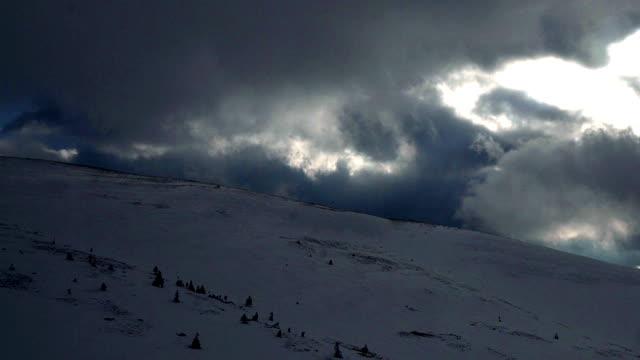 Dramático las nubes brisa que sopla sobre una montaña - vídeo