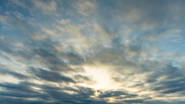 朝の劇的な曇り空、タイムラプスビデオ - 層積雲点の映像素材/bロール