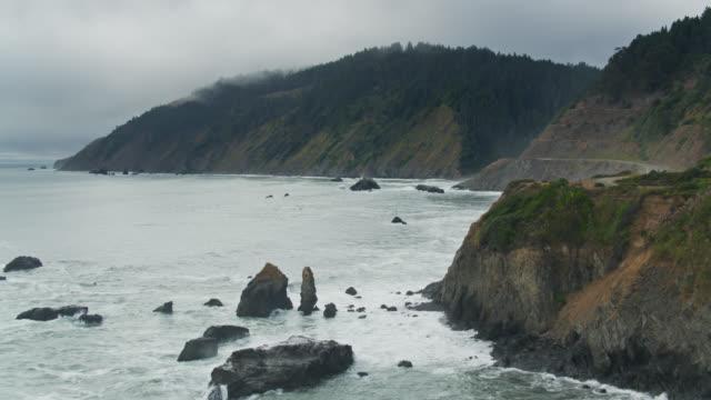 vídeos de stock e filmes b-roll de dramatic coastline and mountains near westport, california - drone shot - montanha costeira