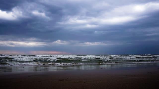 dramatiska lynnig sky och vågor som tropisk storm pabuk approches - indiska oceanen bildbanksvideor och videomaterial från bakom kulisserna