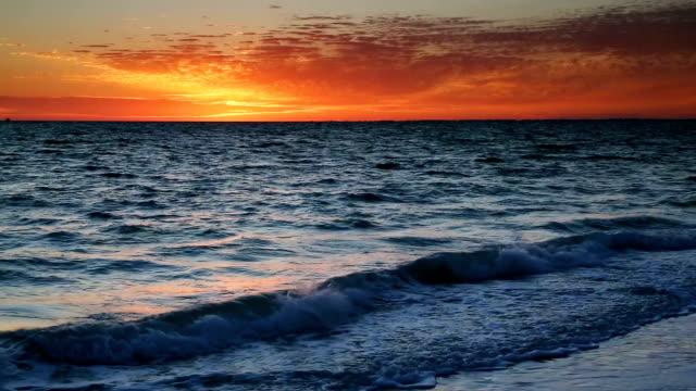 dramatic seaside sunset loop - побережье мексиканского залива сша стоковые видео и кадры b-roll