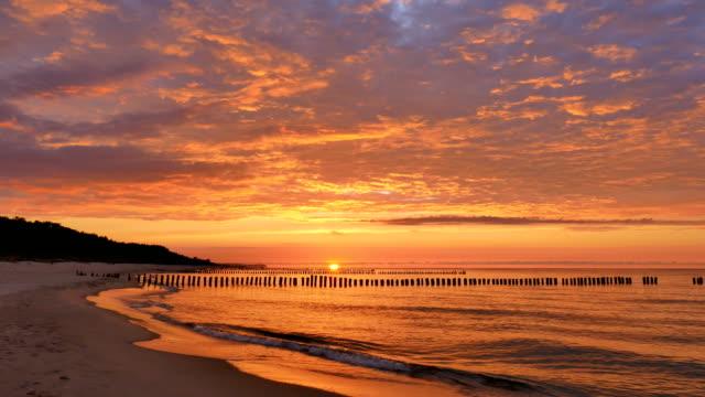 gün batımında dramatik gökyüzü - dalgakıran stok videoları ve detay görüntü çekimi