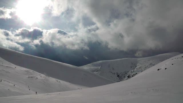 stockvideo's en b-roll-footage met dramatische hemel in de besneeuwde bergen - sneeuwkap