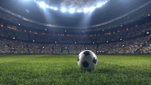 vidéos et rushes de stade de football spectaculaire plein de spectateurs - lieu sportif