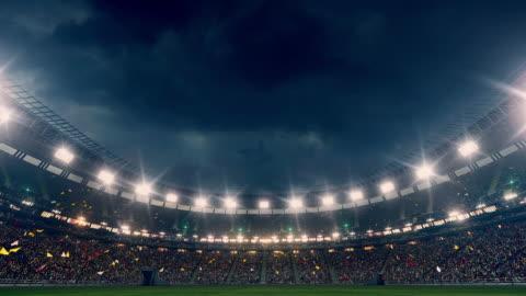 vidéos et rushes de stade dramatique pleine de spectateurs - football