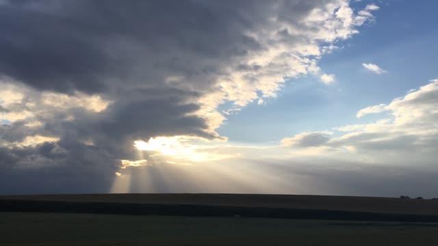 stockvideo's en b-roll-footage met dramatische zomerochtend landschap met tarweveld - regen zon