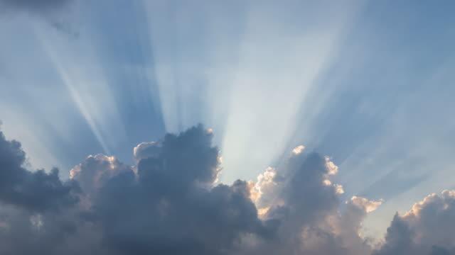 vídeos de stock, filmes e b-roll de explosão solar dramática ou raios solares ou feixe de luz de deus através da nuvem – lapso de tempo - meteorologia