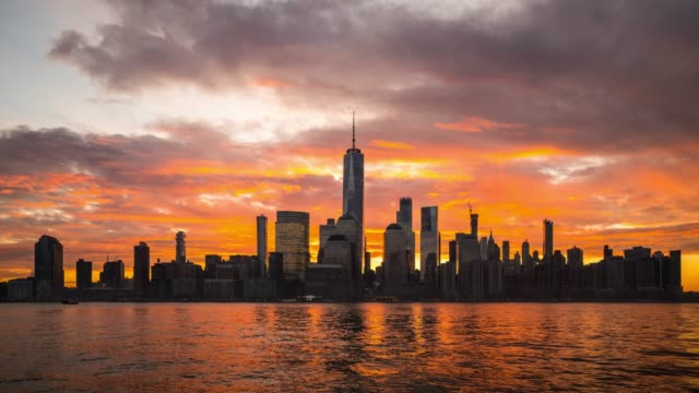 vídeos de stock, filmes e b-roll de t/l ws nascer do sol dramático sobre mais baixo manhattan/new york city, eua - time lapse