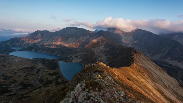 dramatischen sonnenuntergang in den bergen landschaft, slowakei tatra zeitraffer-video. - slowakei stock-videos und b-roll-filmmaterial