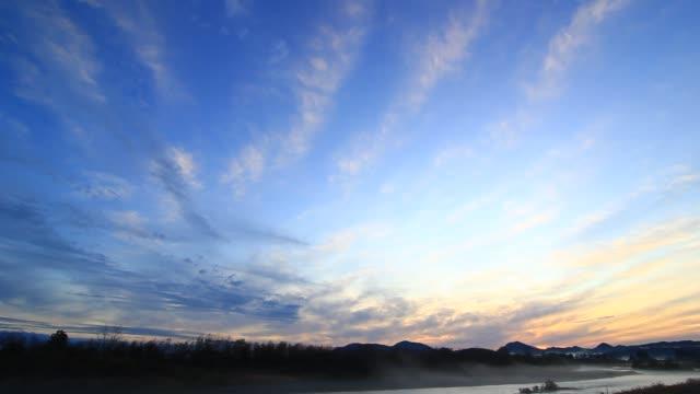 vídeos y material grabado en eventos de stock de espectacular río de puesta de sol en el otoño de japón - anochecer