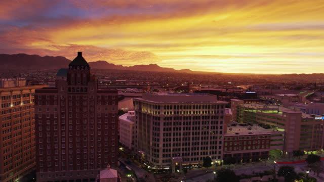Ciel spectaculaire de coucher du soleil au-dessus d'El Paso et de Juarez - Tir de drone à l'envers - Vidéo