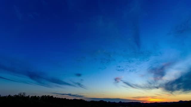 dramatischer sonnenuntergang time-lapse 4k auflösung filmmaterial - digital composite stock-videos und b-roll-filmmaterial