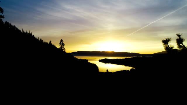 劇的な surnise エメラルド ベイを通じて開放、タホ湖、カリフォルニアの完璧なドローン ビュー - カリフォルニアシエラネバダ点の映像素材/bロール