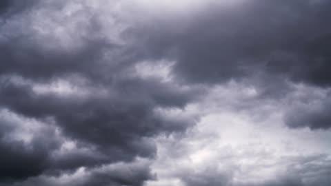 vidéos et rushes de des nuages d'orage spectaculaires volent vite dans le ciel - ciel couvert