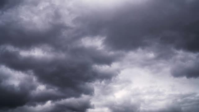 vidéos et rushes de des nuages d'orage spectaculaires volent vite dans le ciel - ciel orageux