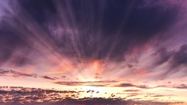 dramatisk tidsfördröjning solnedgång över storm moln. kväll, stor vacker orange färg solnedgång himmel. - gud bildbanksvideor och videomaterial från bakom kulisserna