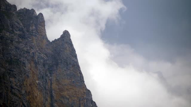 dramatisk utsikt över mountain peaks på en molnig och blåsig dag - wengen bildbanksvideor och videomaterial från bakom kulisserna