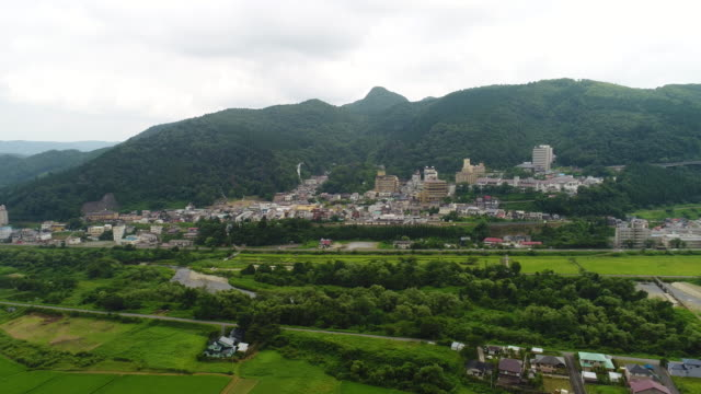 drayne 2017 の夏に宮城県大崎市の鳴子温泉とライス フィールドの空中写真 - 夏点の映像素材/bロール