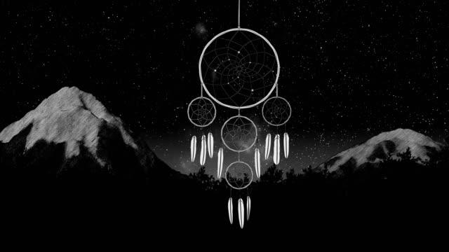 dreamcatcher su un cielo notturno illustrazione 3d rendering - hippy video stock e b–roll