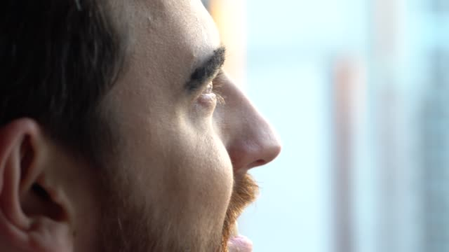 stockvideo's en b-roll-footage met de mens die van de dromer door venster kijkt - geloof