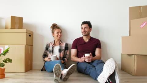 vidéos et rushes de couples rêveurs dans leur nouvel appartement - jeune couple