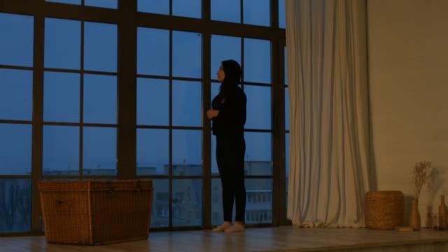 vídeos de stock, filmes e b-roll de um sonho jovem mulher asiática, olhando pela janela - largo descrição geral