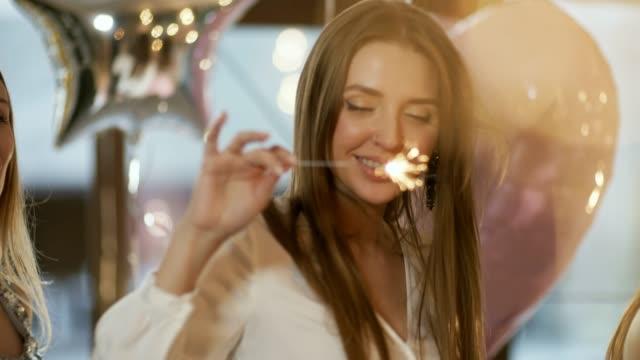 vídeos de stock e filmes b-roll de dreamy young woman with sparkler - mulher balões