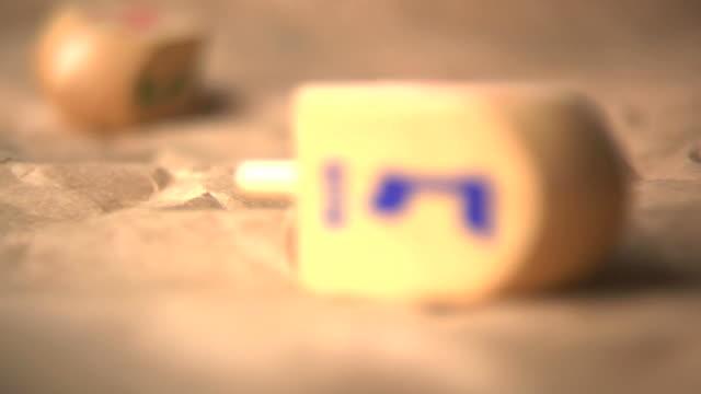 vídeos y material grabado en eventos de stock de dreidels - hanukkah