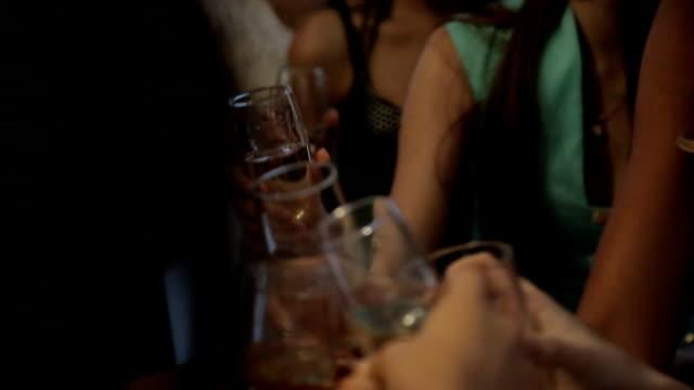 女の子整えながらシャンパンでのバンケット ビデオ