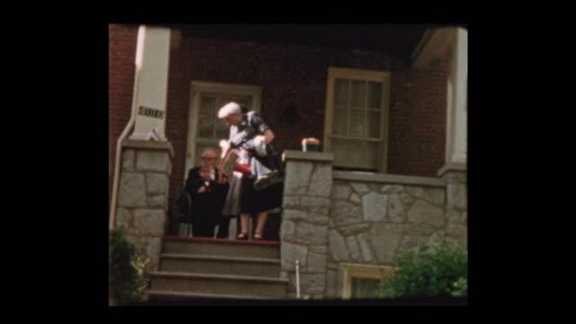 正式なイベントのための家族が去る服を着せ - アーカイブ画像点の映像素材/bロール