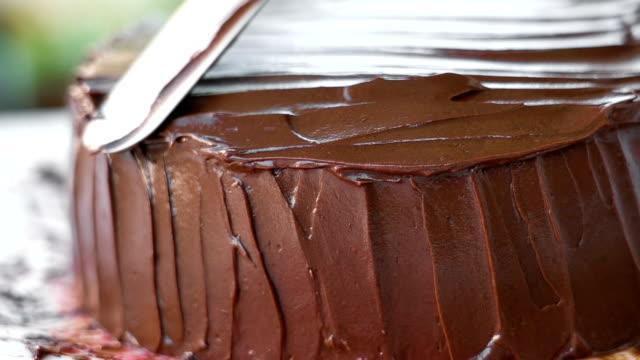 slo mo dressing chocolate cake. - cake filmów i materiałów b-roll