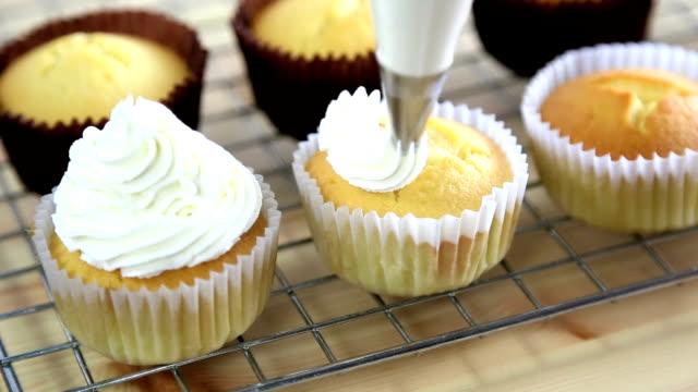 ドレッシングカップケーキ - カップケーキ点の映像素材/bロール
