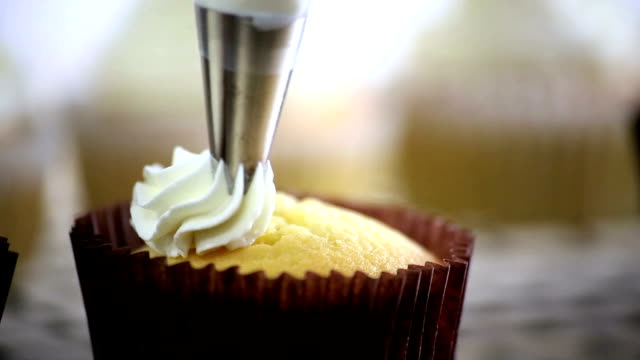 cupcake-dressing - bäckerei stock-videos und b-roll-filmmaterial