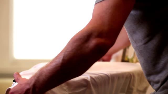 ドレッシングビジネスのアイロンシャツ ビデオ