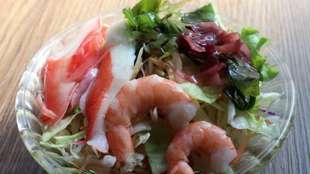 condimento insalata di pesce - antipasto video stock e b–roll