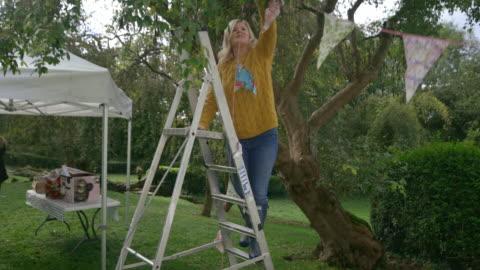 vestire il giardino - decorazione festiva video stock e b–roll