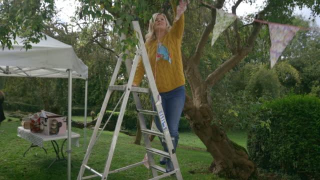 庭をドレッシング - 吊るす点の映像素材/bロール