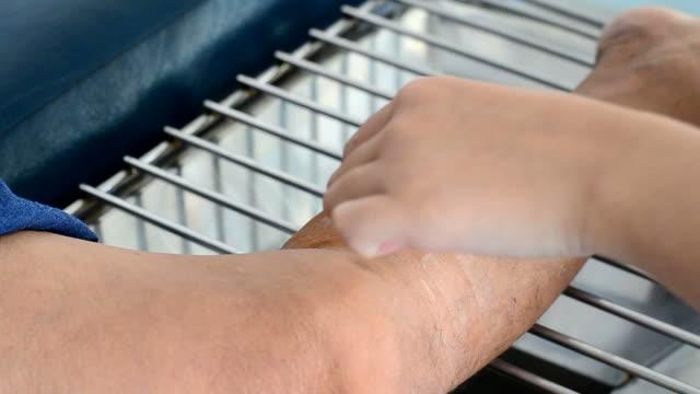 bacak yarası soyunma - açık yara stok videoları ve detay görüntü çekimi