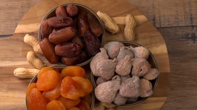 vídeos de stock e filmes b-roll de dried fruit composition on turntable - damasco fruta