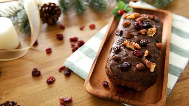 vídeos de stock e filmes b-roll de dried mixed nut christmas fruit cake - christmas cake