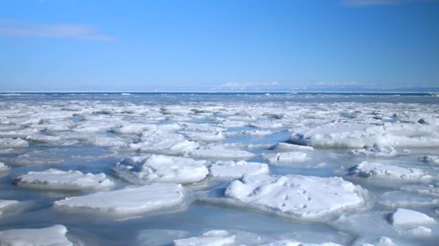 avdrift is och havet i okhotsk, hokkaido, japan. - hokkaido bildbanksvideor och videomaterial från bakom kulisserna