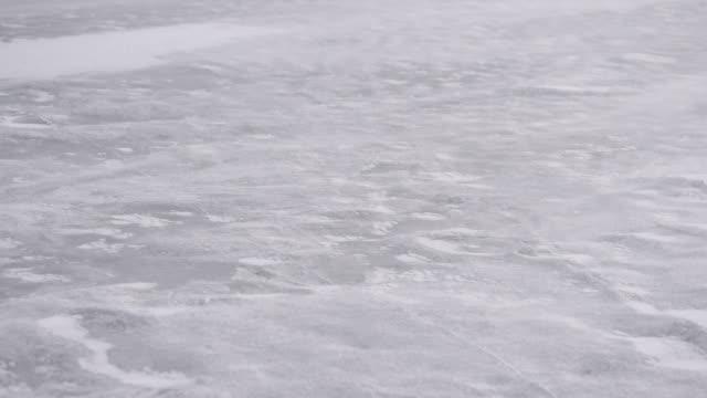 強風に吹かれて冬の氷の上の雪のドリフト - シベリア点の映像素材/bロール