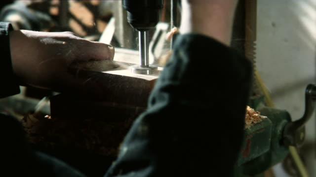 drill drücken drilling in holz cu in hd-qualität - bandsäge stock-videos und b-roll-filmmaterial