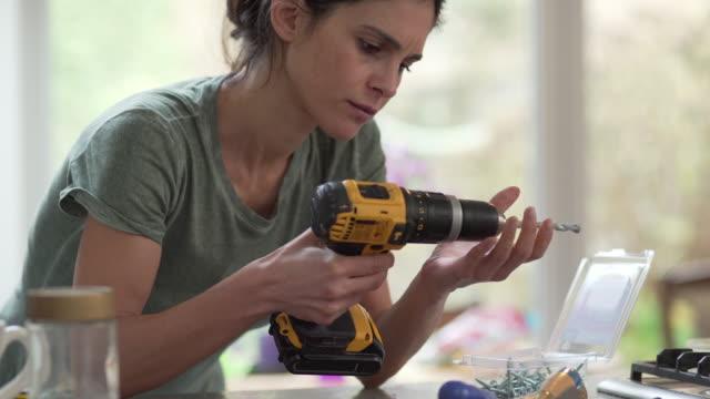 vídeos de stock e filmes b-roll de diy drill woman close up - bricolage